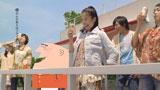 バルコニーで『トリスハイボール缶』を飲む吉高由里子とアンクルトリス/『トリス』(サントリー)シリーズ新CM