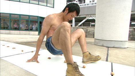 1分間で43個のくるみをお尻で割り続けた庄司智春