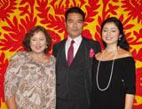 俳優・勝野洋(中央)の「還暦を祝う会」が行われ、妻・キャシー中島(左)、次女・勝野雅奈恵(右)も出席した。 (C)ORICON DD inc.