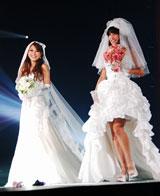 日本最大級のファッションと音楽の祭典『Girls Award 2010 AUTUMN/WINTER』に出演し、ウエディングドレス姿を披露した、モデルの森摩耶(右)と山本優希 (C)ORICON DD inc.