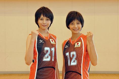 バレーボール全日本女子代表を演じる比嘉愛未(左)と相武紗季 (C)TBS