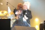10年ぶりの共演で抱擁を交わす浅倉と西川
