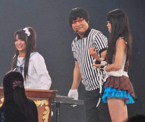 AKB48が『19thシングル選抜じゃんけん大会』開催、まさかの1回戦負けにあ然とする峯岸みなみ(右) (C)ORICON DD inc.