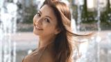 フランス・モンペリエの噴水をバックに笑顔が輝く香里奈/『TSUBAKI  WATER』(資生堂)新CM