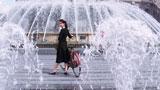 10代で抜擢された武井咲はイタリア・ジェノバの噴水で笑顔/『TSUBAKI  WATER』(資生堂)新CM