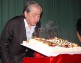 『筒井康隆映画祭』のトークショーで、用意されたバースデーケーキのローソクを吹き消す筒井康隆氏 (C)ORICON DD inc.