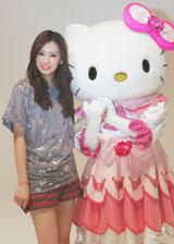 現場にサプライズで登場したハローキティと記念ショットを撮る北川景子