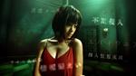 ネット上の脅威に怯える前田敦子。胸元の開いた衣装がセクシーだ