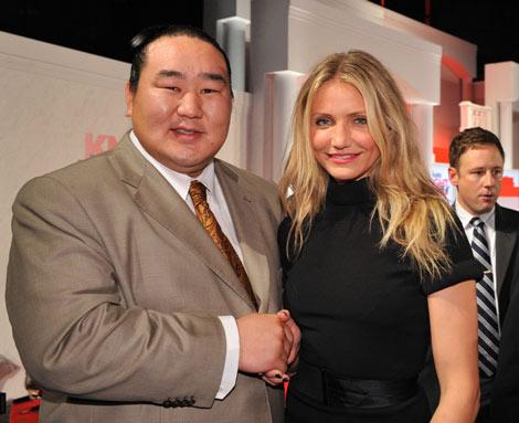 映画『ナイト&デイ』ジャパン・プレミアイベントに朝青龍がこっそり来場、キャメロン・ディアスと交流しそそくさと会場をあとにした