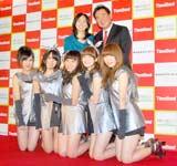 スリーボンドの『くっつく大賞』発表会に出席したTHEポッシボー(前列)、東尾理子&修親子