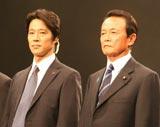 映画『SP』完成披露試写会に出席した(左から)堤真一、麻生太郎元首相