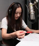 赤ペン片手にナレーションに打ち込む上村愛子