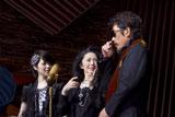 撮影中、笑顔をのぞかせる(左から)松浦亜弥、石川さゆり、鈴木雅之/『ルーツ アロマインパクト』CMメイキングカット