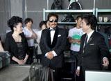 撮影の合間に談笑する(左から)石川さゆり、鈴木雅之、布施明/『ルーツ アロマインパクト』CMメイキングカット