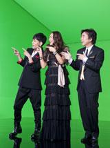 ポーズをとりながら歌う(左から)堂珍嘉邦、杏里、布施明/『ルーツ アロマインパクト』CMメイキングカット
