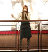 ドラマの主題歌「千の言葉と二人の秘密」を歌唱する中川翔子