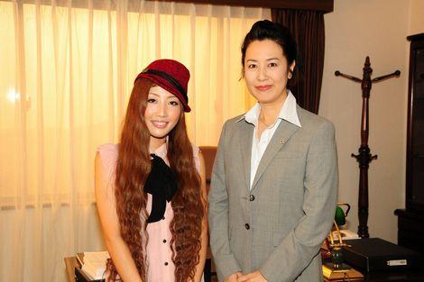 主題歌のドラマ主演女優と写る歌手活動中のティアラ