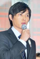 ドラマ『ナサケの女 〜国税局査察官〜』の制作発表記者会見に出席した塚本高史