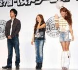 第27回『ベストジーニスト2010』協議会選出部門に選出された(左から)桐谷健太、AKB48の板野友美、はるな愛 (C)ORICON DD inc.