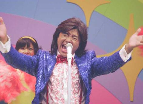 ライブでノリノリの歌を披露する西城秀樹/『Yahoo!モバゲー』CM