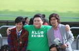 (左から)大泉洋、マツコ・デラックス、佐藤浩市が仲良く肩を組むカットも撮影された/JRA『CLUB KEIBA』新CM