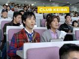 白熱したレース展開に夢中になる佐藤浩市と大泉洋(左)/JRA『CLUB KEIBA』新CM