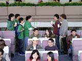 マツコ・デラックス率いる緑のTシャツを着たグループと遭遇する佐藤浩市と大泉洋/JRA『CLUB KEIBA』新CM