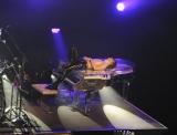 ピアノに寝転がるYOSHIKI