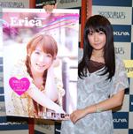 2011年カレンダーとともに。「茶髪の私はレアですよ」(C)ORICON DD inc.