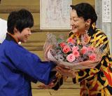 山田花子から祝福されるエド・はるみ