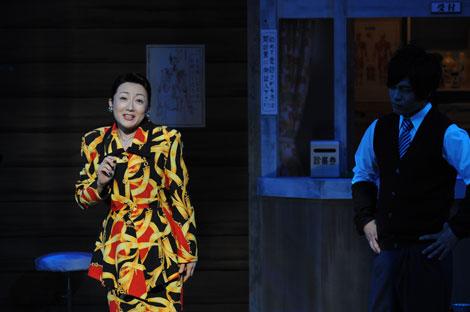 舞台ではスナック「はるみ」のママ役を熱演