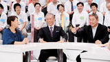 たけし(右)と議論する日本マクドナルド社長・原田泳幸氏(中央)