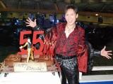 """2010ツアー『55伝説!FINAL』ライブ前に報道陣の取材に応じた郷ひろみ、この日は""""55歳の誕生日""""&ツアー""""55公演目""""ということで特製のバースデーケーキでお祝い (C)ORICON DD inc."""