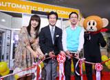 『す・またんベンダー』のテープカットに参加した(左より)川田裕美アナ、辛坊治郎氏、森たけしアナ、ウキキ君