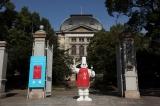 兵庫県公館の前に立つミシュランマン(C)MICHELIN2010