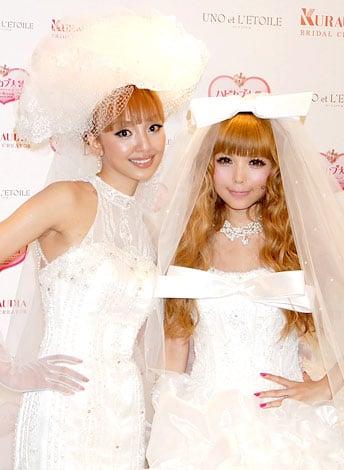 サムネイル 神田うのの新ウェディングブランド『ウノ エ レトワール』のブライダルファッションショーに出席した益若つばさ(右)