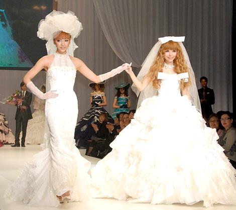 神田うのの新ウェディングブランド『ウノ エ レトワール』のブライダルファッションショーに出席した益若つばさ(右) (C)ORICON DD inc.