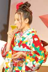 『2010 サントリー ザ・カクテル アワード カクテル コンペティション』にゲスト審査員として出席、カクテルを試飲するベッキー