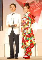 『2010 サントリー ザ・カクテル アワード カクテル コンペティション』にゲスト審査員として出席したベッキー(右)と『カクテル アワード 2010』を獲得した小林貴史さん