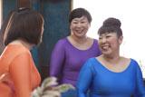 笑顔で撮影に臨む森三中(左から)黒沢かずこ、大島美幸、村上知子
