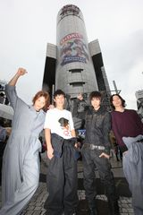 渋谷109シリンダー前で喜ぶD☆DATE(左から:五十嵐隼士、堀井新太、瀬戸康史、荒木宏文)