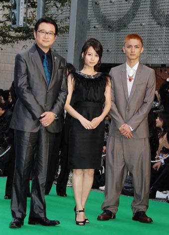 第23回東京国際映画祭グリーンカーペットに登場した(左から)船越英一郎、堀北真希、高良健吾 (C)ORICON DD inc.