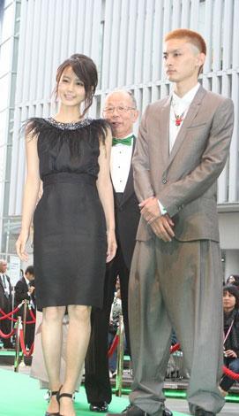 第23回東京国際映画祭グリーンカーペットに登場した堀北真希(左)と高良健吾 (C)ORICON DD inc.