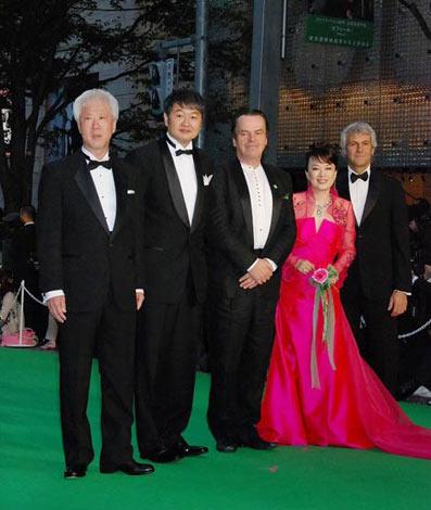 第23回東京国際映画祭グリーンカーペットに登場したジュディ・オング(右から2人目)、根岸監督(左端)ら (C)ORICON DD inc.