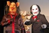 映画『ソウ ザ・ファイナル 3D』のトークイベントに、劇中に登場するキャラクターにちなんだ仮装で登場したFUJIWARAの(左から)原西孝幸、藤本敏史 (C)ORICON DD inc.