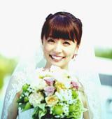 √9の新曲「杏里へ」のMVでウエディングドレス姿を披露する小林麻耶