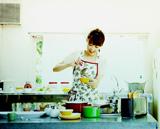 MVの冒頭では、新妻役らしく台所で料理をするシーンを収録した