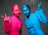 Kinectの新曲「TWO ROSES」のMVでは、松井玲奈(左)と珠理奈が衝撃のボディペインティング