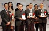 「コミック部門」表彰式に登場した(後方4名)CLAMP、(前方左から)シャスパー・チャン社長、赤松健、福本伸行、三田紀房各氏 (C)ORICON DD inc.