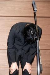 水嶋ヒロが『第5回ポプラ社小説大賞』の大賞を受賞、あいさつをし集まった報道陣に深々とおじぎをした (C)ORICON DD inc.